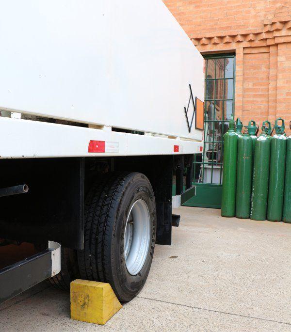 Caminhão devidamente calçado durante a carga/descarga.