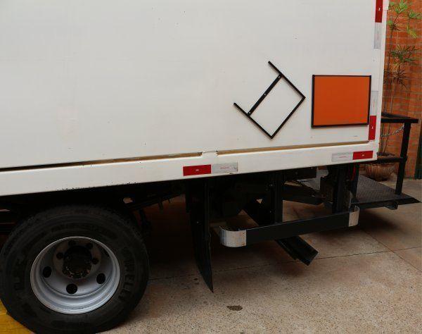 Exemplo de Placa de produto perigoso e seu suporte na carroceria de um caminhão.